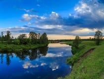 Le ciel avec les nuages légers s'est reflété en rivière Photos libres de droits