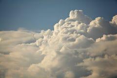 Le ciel blanc de texture opacifie le bleu Photographie stock