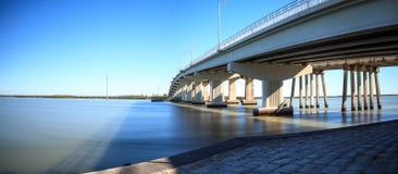 Le ciel bleu au-dessus de la chaussée de pont cette voyage sur Marco Island Photographie stock libre de droits