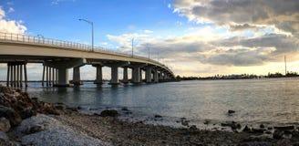 Le ciel bleu au-dessus de la chaussée de pont cette voyage sur Marco Island Images libres de droits
