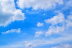 Le ciel bleu avec le blanc opacifie 171015 0058 Images libres de droits