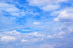 Le ciel bleu avec le blanc opacifie 171016 0086 Images libres de droits