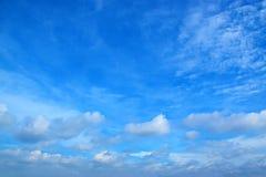 Le ciel bleu avec le blanc opacifie 171017 0131 Photographie stock libre de droits