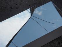 le ciel bleu avec des nuages a réfléchi sur le miroir cassé Image stock