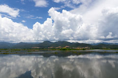 Le ciel bleu avec des nuages s'est reflété dans le lac Inle Images stock