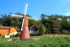 Le ciel bleu avec du coton de peacefull opacifie et jardin européen Image stock