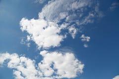 Le ciel bleu avec les nuages blancs photographie stock