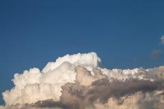 Le ciel bleu avec les nuages blancs aiment une montagne Photo stock