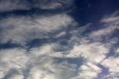 Le ciel bleu avec les nuages cotonneux, peut être employé comme fond photos libres de droits
