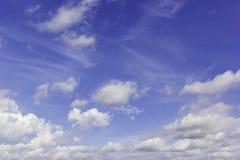 Le ciel bleu avec pourrait image stock