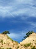 Le ciel bleu clair et la falaise jumelle fait une pointe avec des arbres Photos stock