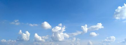 Le ciel bleu et le beau fond de nuage photos libres de droits