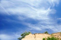 Le ciel bleu et la falaise clairs font une pointe avec un arbre Photo stock