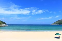 Le ciel bleu et la mer, plage de Naihan à phuket, Thaïlande image libre de droits