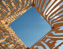 Le ciel bleu et le contre-plaqué avec des trous ont coupé Image libre de droits