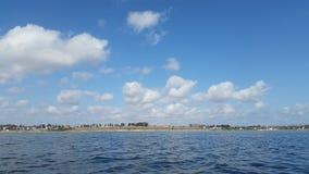 Le ciel bleu et le lac Images stock