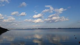 Le ciel bleu et le lac Images libres de droits