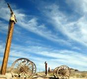 Le ciel bleu et le véhicule cassé. Images libres de droits