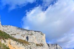 Le ciel bleu et les montagnes Images libres de droits