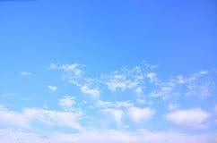 Le ciel bleu et les nuages blancs Photo stock