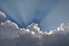 Le ciel bleu et les nuages blancs avec le soleil rayonne Photo stock