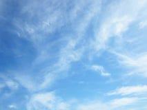 Le ciel bleu et pourrait fond pendant le matin Image stock