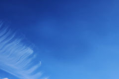 Le ciel bleu opacifie des peintures de fond d'art de mur, belles couleurs, papier peint Photo libre de droits