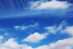 Le ciel bleu opacifie des peintures de fond d'art de mur, belles couleurs, papier peint Photographie stock
