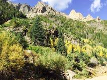 Le ciel bleu opacifie le panorama de montagnes Photographie stock libre de droits