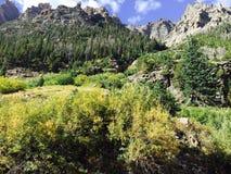 Le ciel bleu opacifie le panorama de montagnes Photo stock