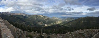 Le ciel bleu opacifie le panorama de montagnes Image libre de droits
