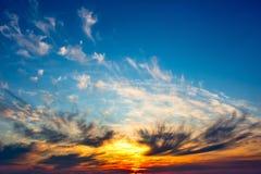 Le ciel bleu s'est allumé par le soleil chaud de coucher du soleil Photos stock