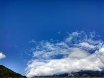 Le ciel bleu saturé Images stock