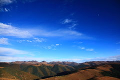 Le ciel bleu sur la montagne Photos libres de droits
