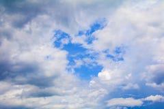 Le ciel bleu vif avec l'art de nuage de la nature beau et l'espace de copie pour ajoutent le texte photographie stock libre de droits