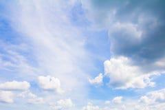Le ciel bleu vif avec l'art foncé de nuage de la nature beau et l'espace de copie pour ajoutent le texte images stock