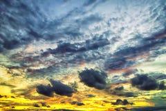 Le ciel bout Le grand flotteur de nuages dans le ciel, Image stock
