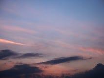 Le ciel a brouillé les nuages bleus et roses de fond après coucher du soleil Image stock