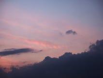 Le ciel a brouillé les nuages bleus et roses de fond après le sunse Image stock