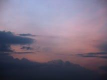 Le ciel a brouillé les nuages bleus et roses de fond au coucher du soleil Photographie stock libre de droits