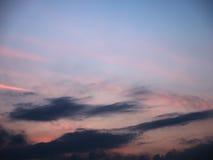 Le ciel a brouillé les nuages bleus et roses de fond au coucher du soleil Photos libres de droits
