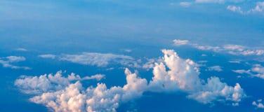 Le ciel coloré au-dessus des nuages Images libres de droits
