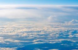 Le ciel coloré au-dessus des nuages Image libre de droits