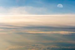 Le ciel coloré au-dessus des nuages avec la demi-lune Photo libre de droits