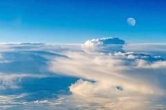 Le ciel coloré au-dessus des nuages avec la demi-lune Photo stock