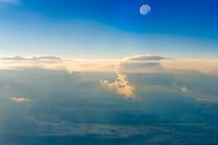 Le ciel coloré au-dessus des nuages avec la demi-lune Image libre de droits