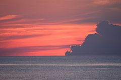 Le ciel commence à montrer venir du lever de soleil au-dessus de l'Océan Atlantique Photo stock