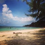 Le ciel d'arbre de mer de sable de plage de la Thaïlande KoPhangan opacifie Photographie stock libre de droits