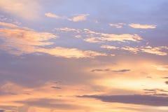 Le ciel d'or est très beau et le juste du soleil entré Photo libre de droits