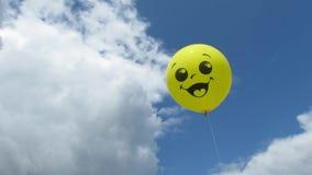 Le ciel de ballon opacifie le sourire jaune banque de vidéos
